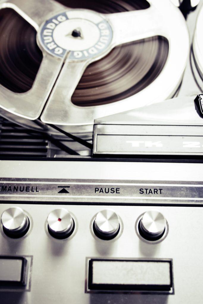 analoges magnetband mit tonspule und bedienungsknöpfen